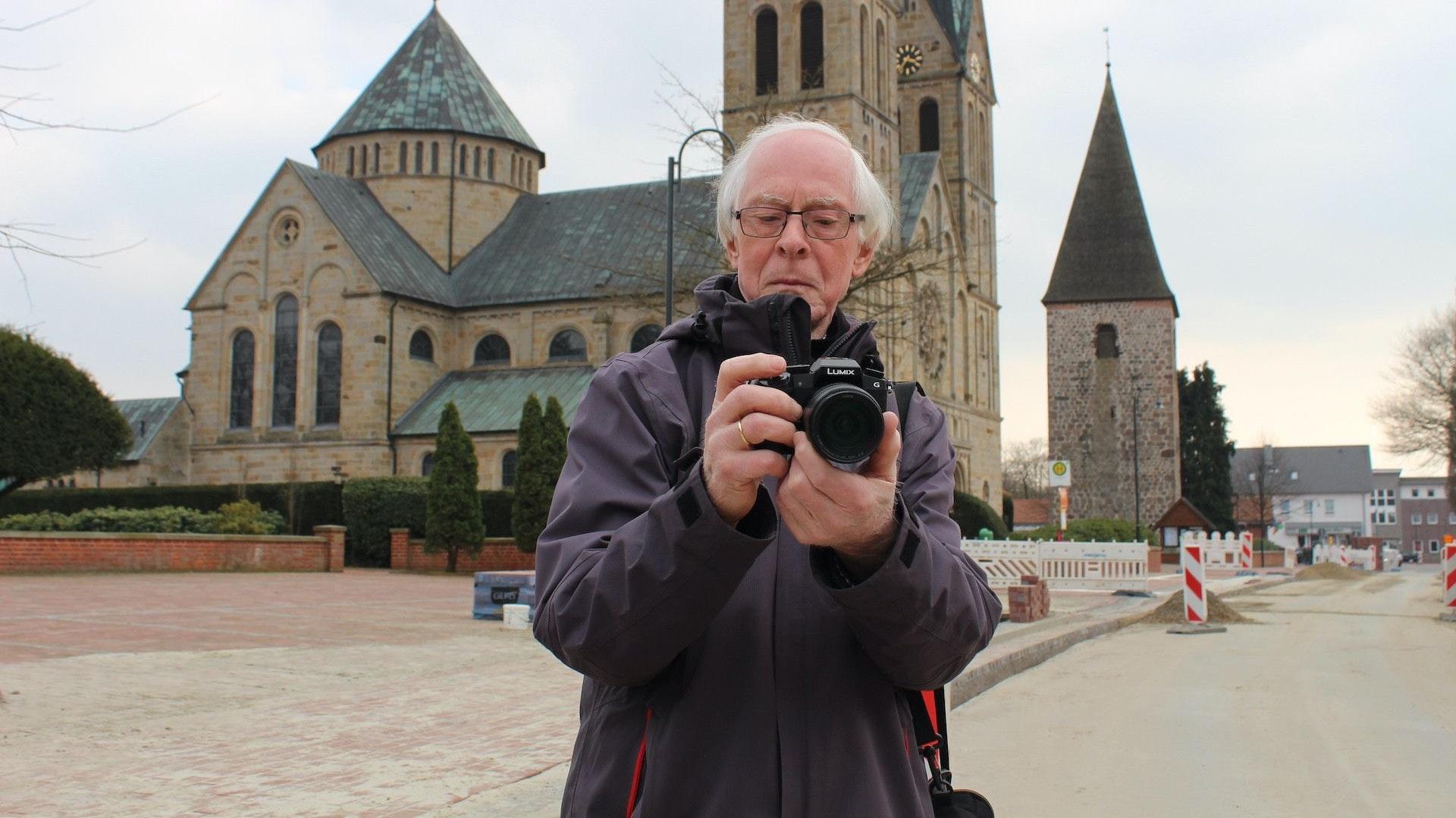 Heinz Hartmann dokumentiert die Entwicklung seines Heimatortes Langförden. Foto: Heinzel