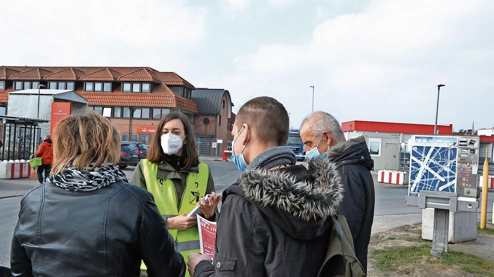 Vielsprachig: Eine Mitarbeiterin der Gewerkschaft informiert ausländische Beschäftigte von Danish Crown über den Stand der Tarifgespräche. Foto: Meyer