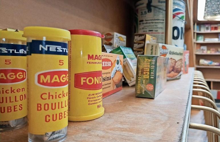 Angebot aus früheren Tagen: In seinem künftigen Tante-Emma-Laden präsentiert das Museumsdorf Produkte vergangener Jahrzehnte.