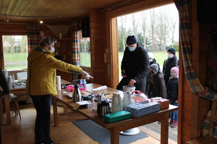 Schlange stehen für den guten Zweck: An der Sporthalle Ellenstedt gab es zur Stärkung Kaffee, Kuchen und Trinkpäckchen.