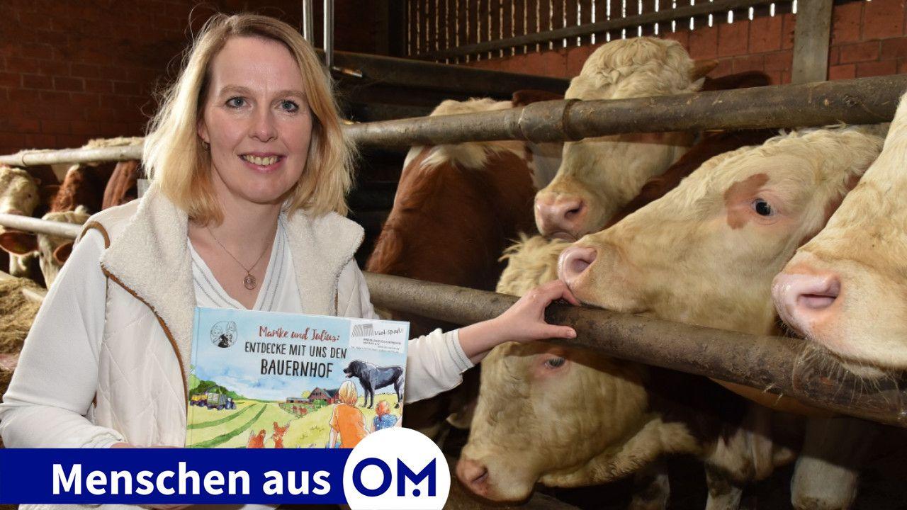 """Landwirtschaft zum Anfassen: Sandra Ortmann-Hoping präsentiert im Bullenstall das Buch """"Entdecke mit uns den Bauernhof"""" des Landvolkverbandes, welches das Leben auf dem Bauernhof realistisch für Kinder darstellt. Foto: Klöker"""