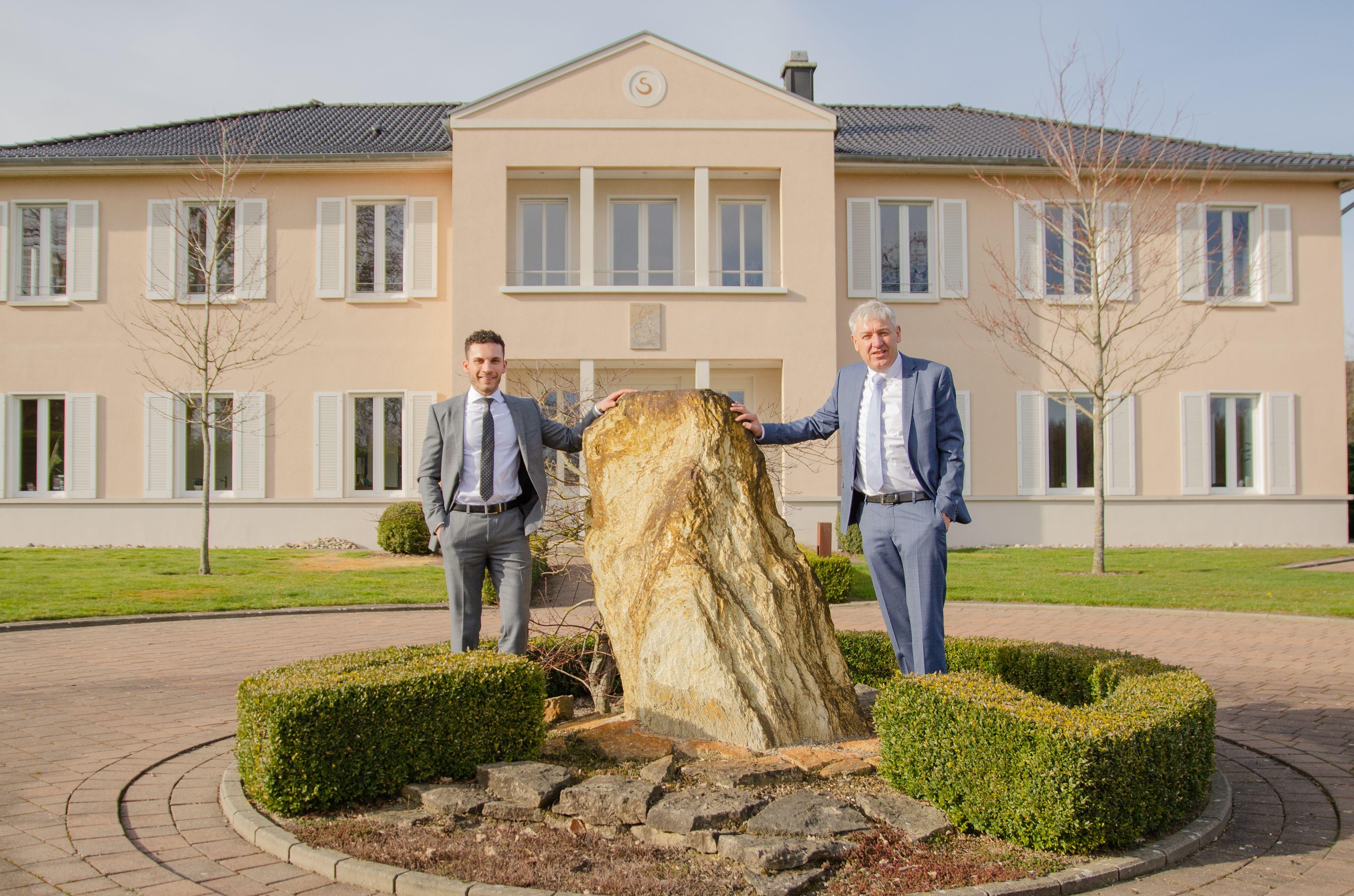 Suleman Klövekorn (links) und Dr. Clemens Schwerdtfeger vor dem Geschäftsgebäude der Immobilienberatung in Emstek. Foto: Dr. Schwerdtfeger
