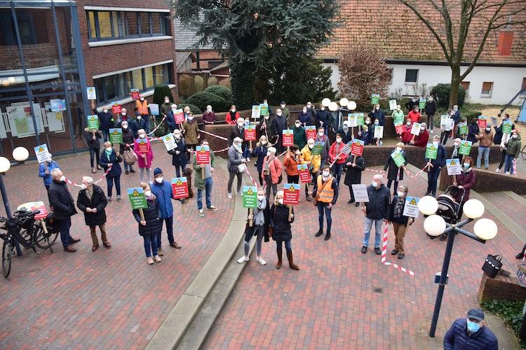 Viele Gegner: Zahlreiche Dammer protestierten vor dem Rathaus. Foto: Lammert