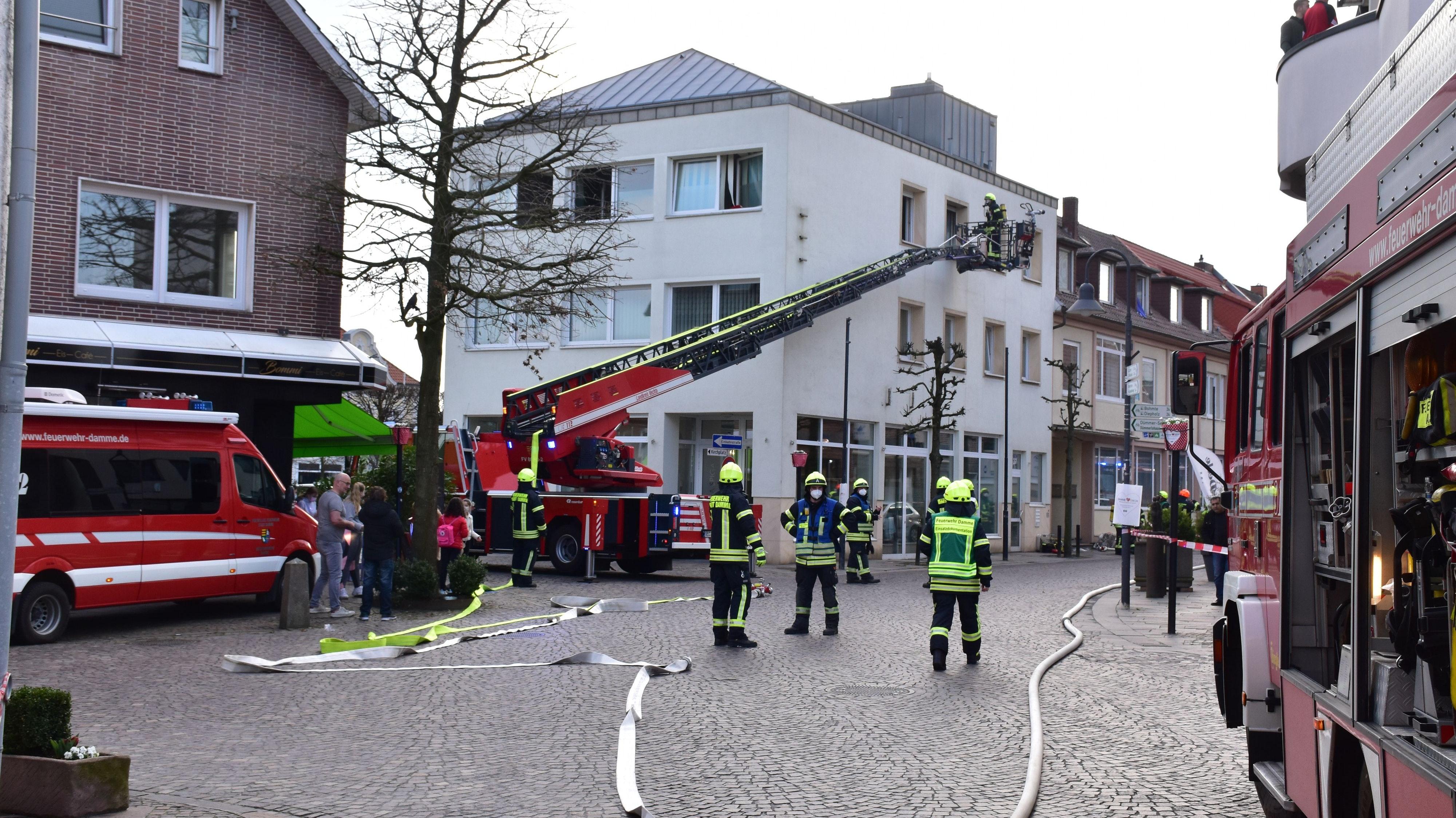 Feuerwehr gefordert: Aus einer Wohnung eines eines Wohn- und Geschäftshauses in damme war am Freitag gegen 15.15 Uhr Rauch aus den Fenstern ausgetreten. Foto: Lammert