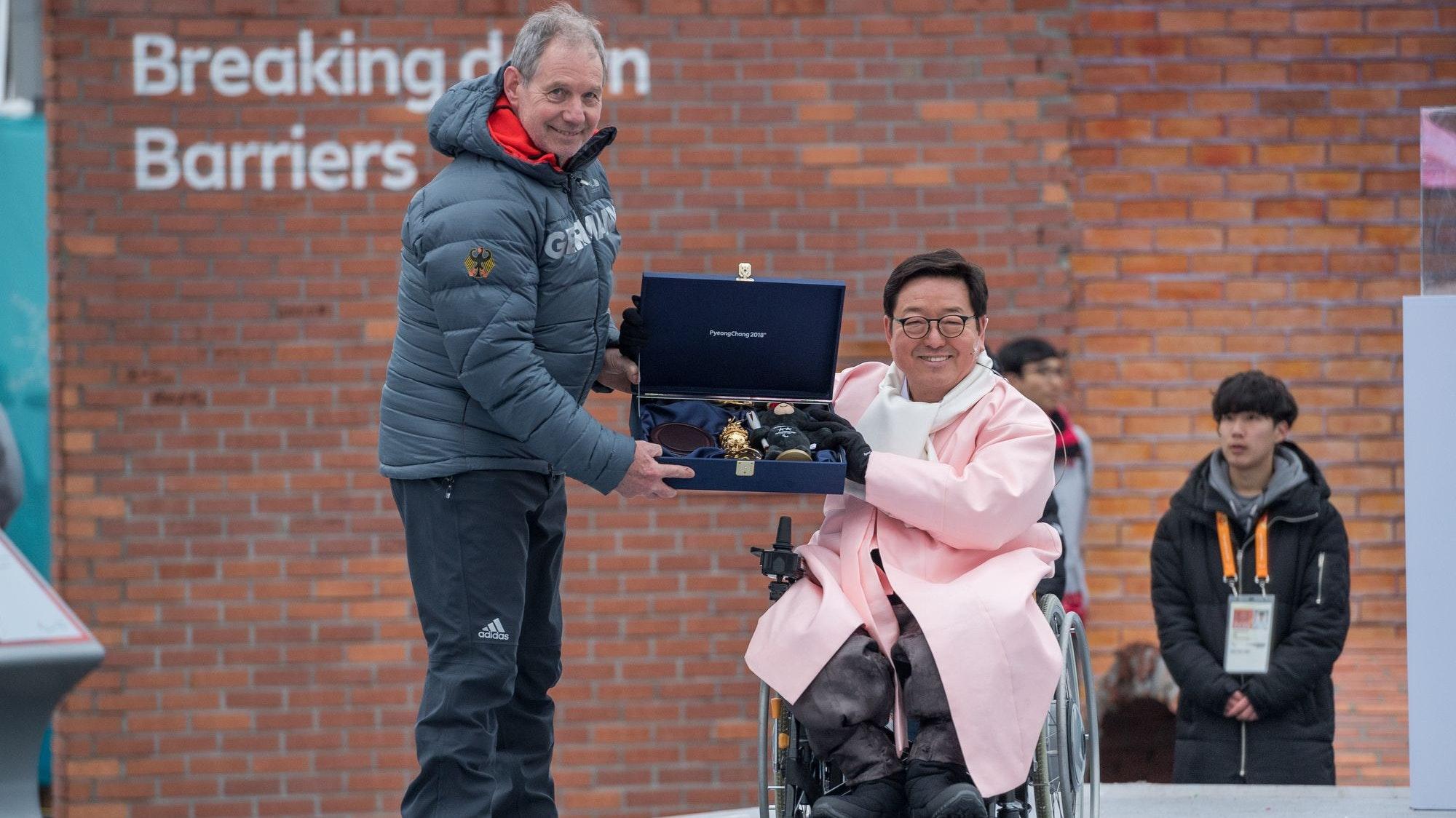 In paralympischer Mission: Karl Quade (links) am 6. März 2018 bei der Willkommens-Zeremonie mit den Gastgebern der Winterspiele in Pyeongchang/Südkorea. Foto: Oliver Kremer/DBS