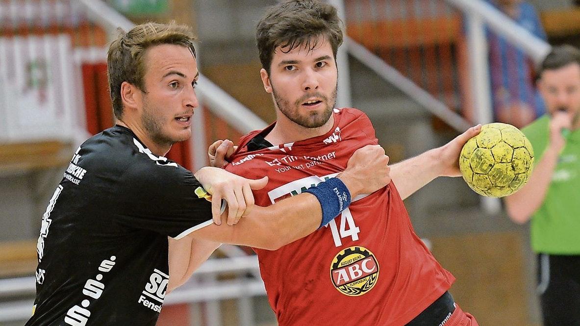 Auftaktspiel: Die Planung des Ligapokal für die Handballdrittligusten sieht vor, dass der TVC (rechts: Adam Pal) im ersten Spiel den OHV Aurich (links:Jonas Schweigart) empfängt. Foto: Langosch