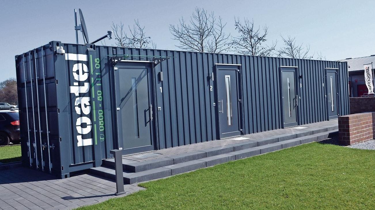 Prototyp: Eines der ersten fertiggestellten Mikro-Hotels  in umgebauten Überseecontainern  als Übernachtungsangebot  für Trucker ist auf dem Betriebsgelände am Europaring aufgebaut.       Foto: Willi Siemer