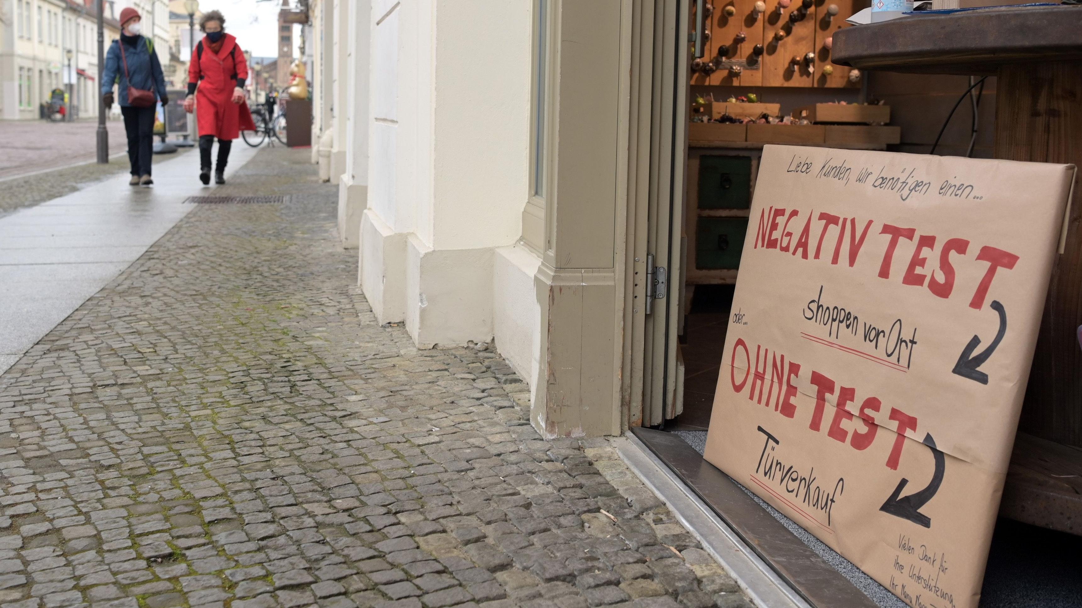 Test als Tagesausweis: Friesoythes Bürgermeister würde die Stadt gerne zur Modellkommune wie etwa Tübingen machen. Dort ist Einkaufen vor Ort mit einem tagesaktuellen negativen Coronatest möglich. Symbolfoto: dpa/Soeren Stache