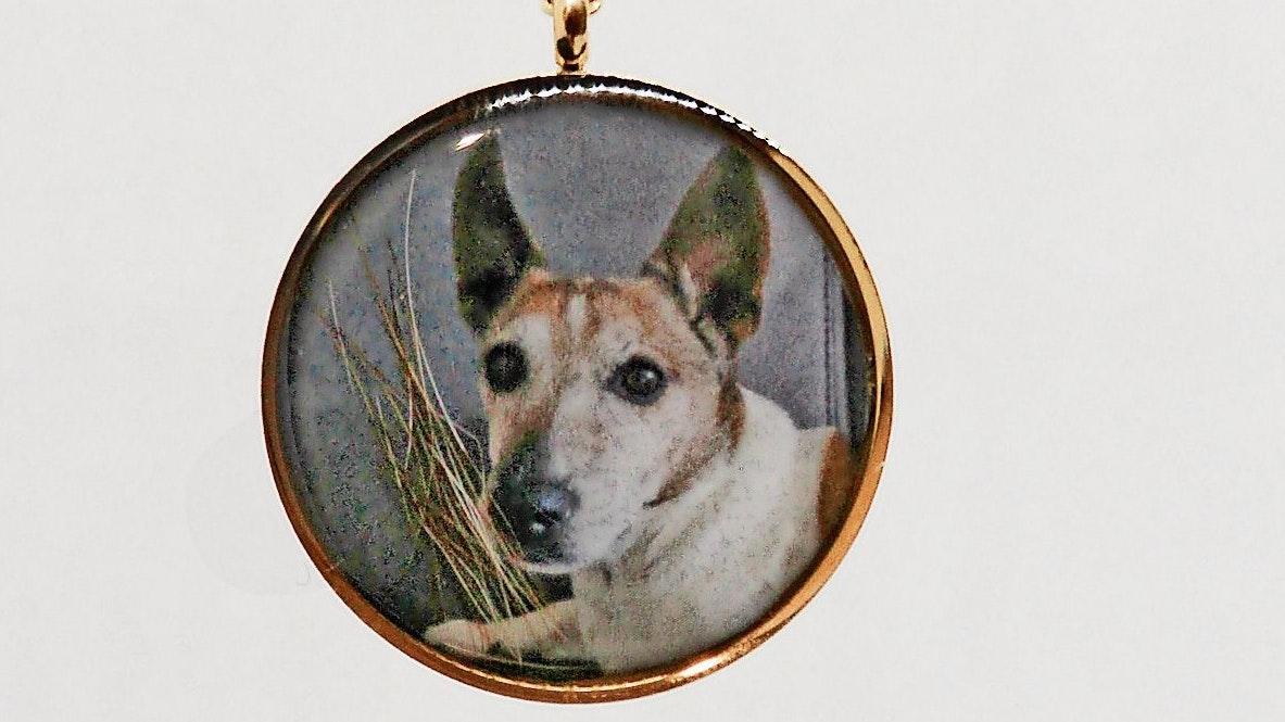 Treuer Begleiter: Fotos von den gestorbenen Haustieren arbeiten die Kunsthandwerkerinnen häufig in die Schmuckstücke ein.