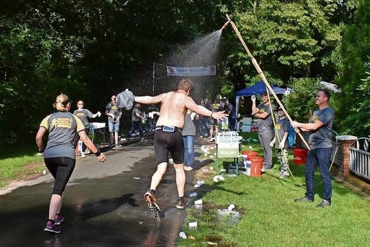 Abkühlung: Bei heißen Temperaturen müssen sich die Teilnehmer in diesem Jahr selbst um eine kalte Dusche kümmern. Archivfoto: Willi Siemer