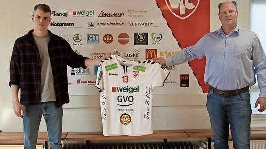 Trikotübergabe: Cloppenburgs GmbH-Geschäftsführer Ralf Sandmann (rechts) überreicht den künftigen Dress an TVC-Neuzugang Maximilian Bähnke. Foto: TV Cloppenburg