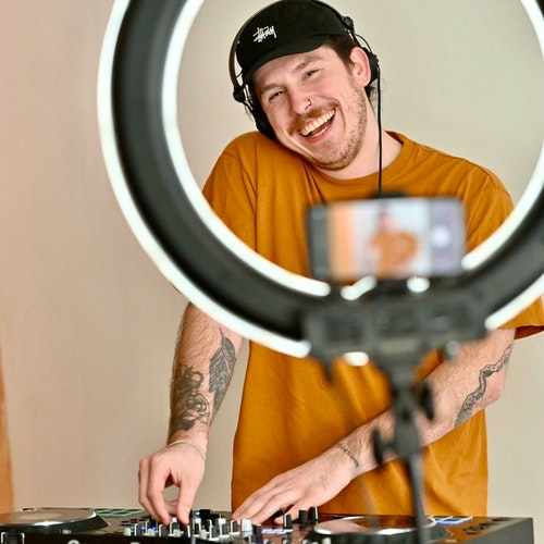 Kann kaum erwarten, dass das Streaming-Festival startet. Joel Chedraoui am DJ-Pult. Foto: M. Niehues