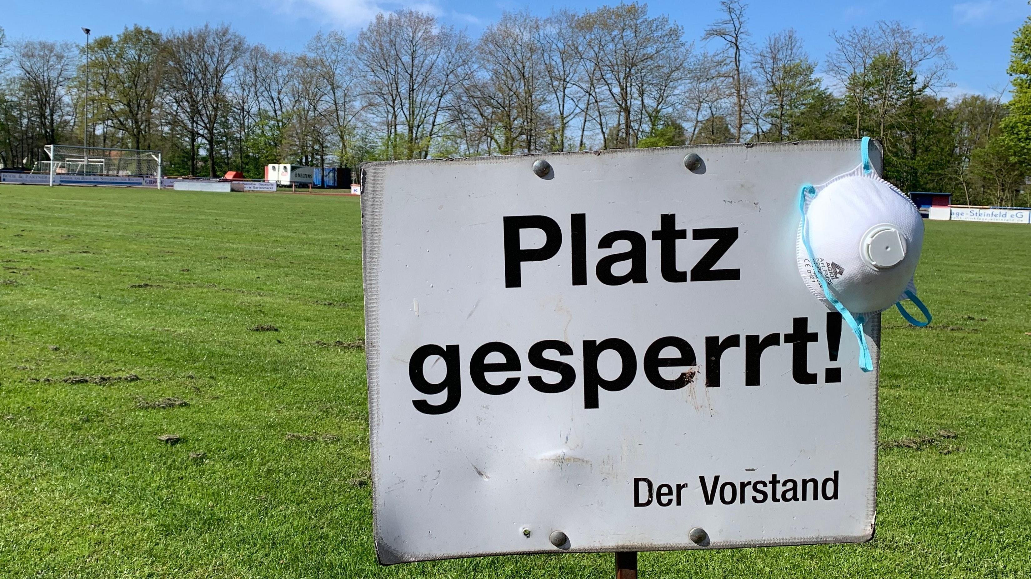 Das gilt weiterhin: Auf den Plätzen geht in diesen Tagen im Oldenburger Münsterland rein gar nichts. Hier ein Foto aus dem Jahnstadion in Dinklage. Foto: Lünsmann
