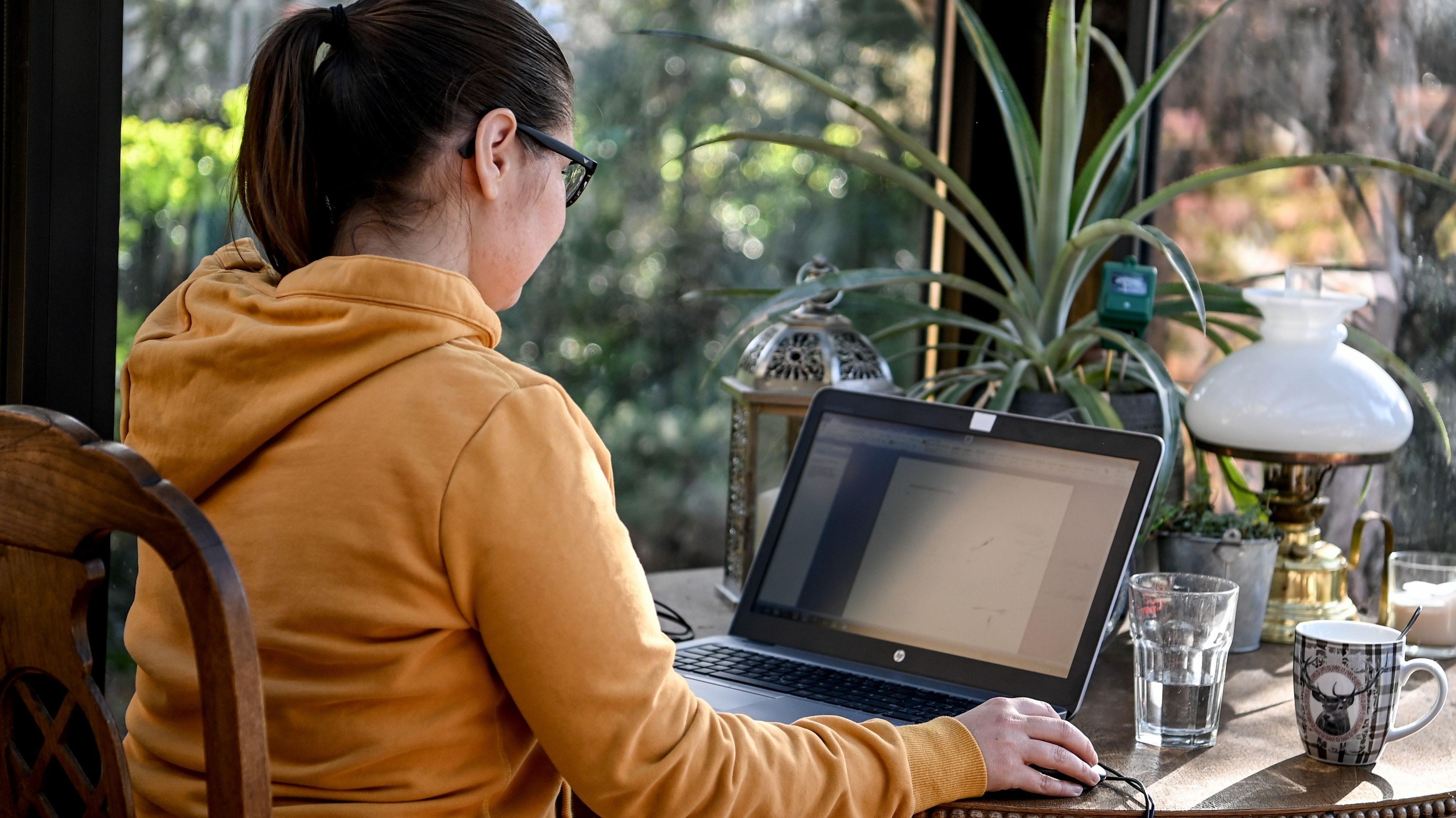 Wer in diesen Corona-Zeiten in einer Ecke seiner Wohnung arbeiten muss, kann die Homeoffice-Pauschale in der Steuerklärung angeben. Foto: dpa / Pedersen