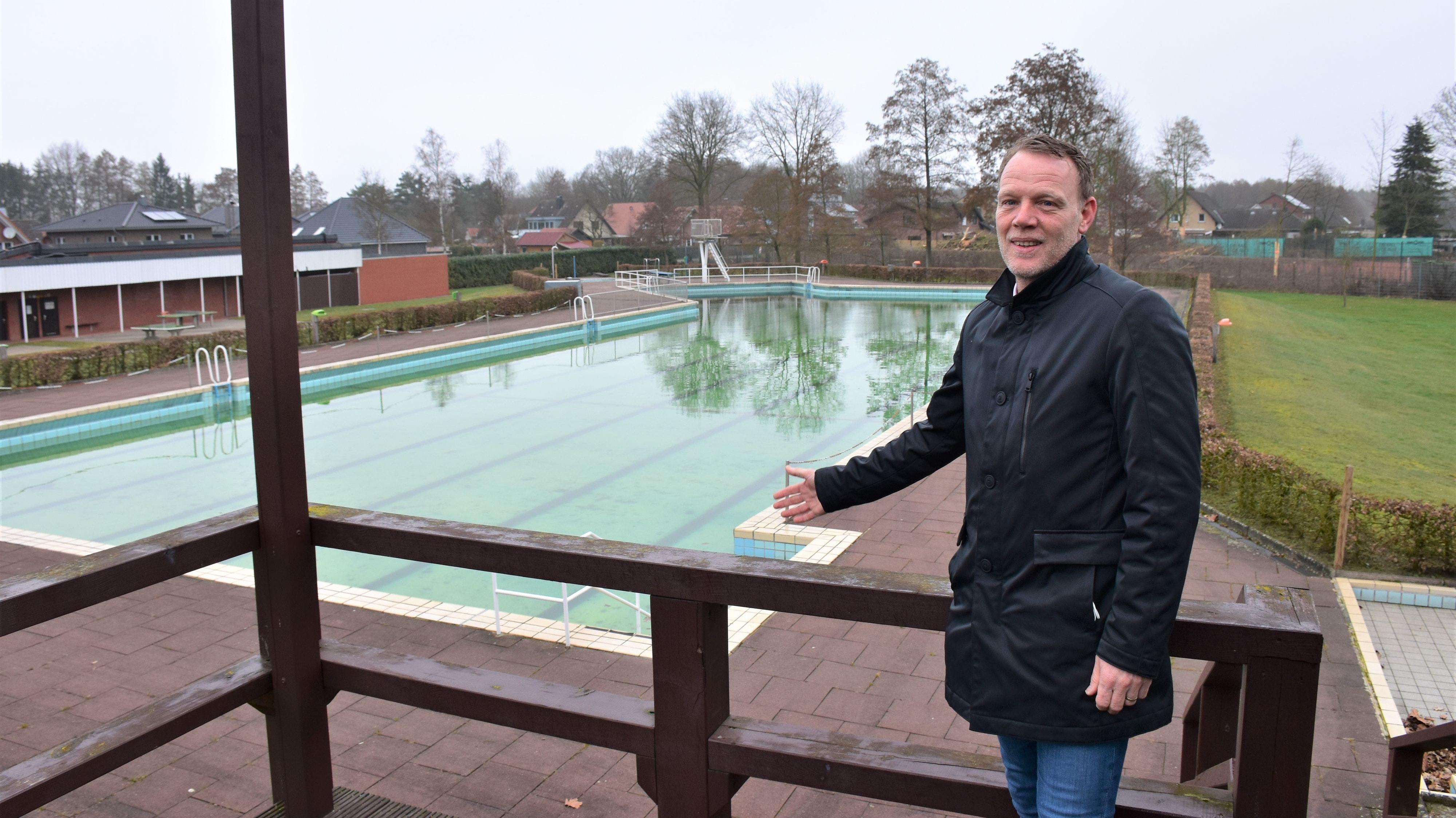 Erleichtert und zufrieden: Bürgermeister Frank Bittner freut sich auf die Sanierung des Freibads. Foto: Böckmann