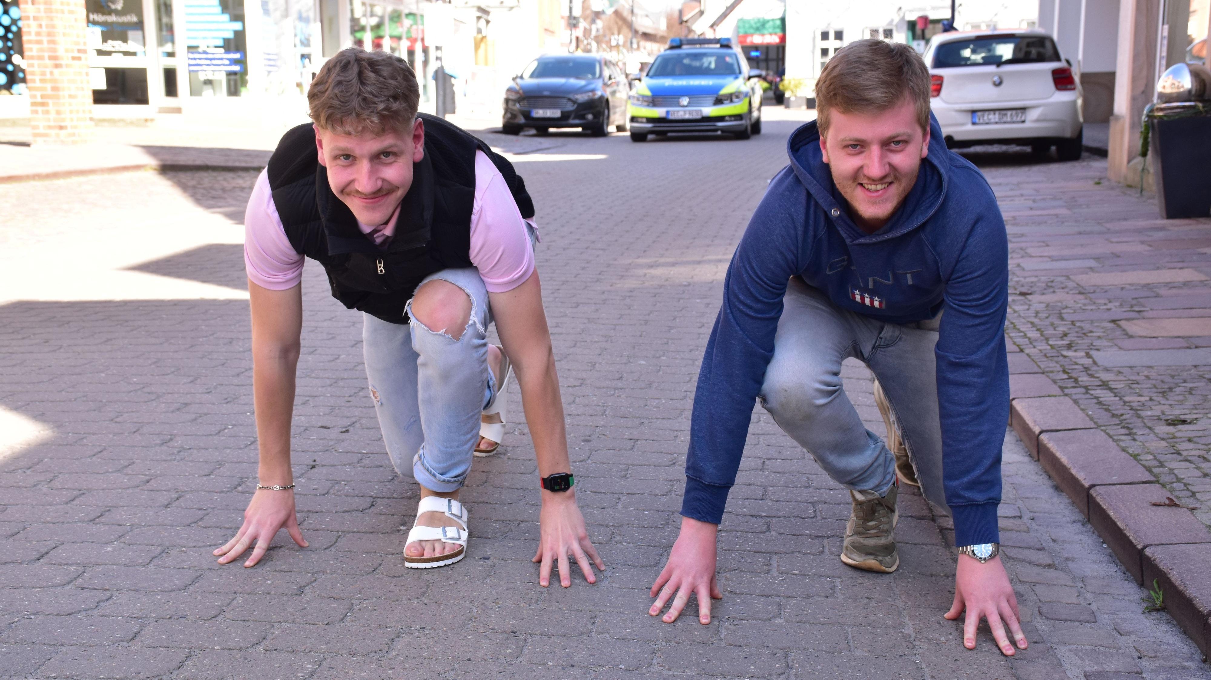Egal ob in Schlappen oder sportlichem Schuhwerk: Was die Teilnehmer des Spendenlaufs an den Füßen tragen, ist Roman (links) und Justus Tabor egal. Hauptsache, viele machen mit. Foto: Lammert