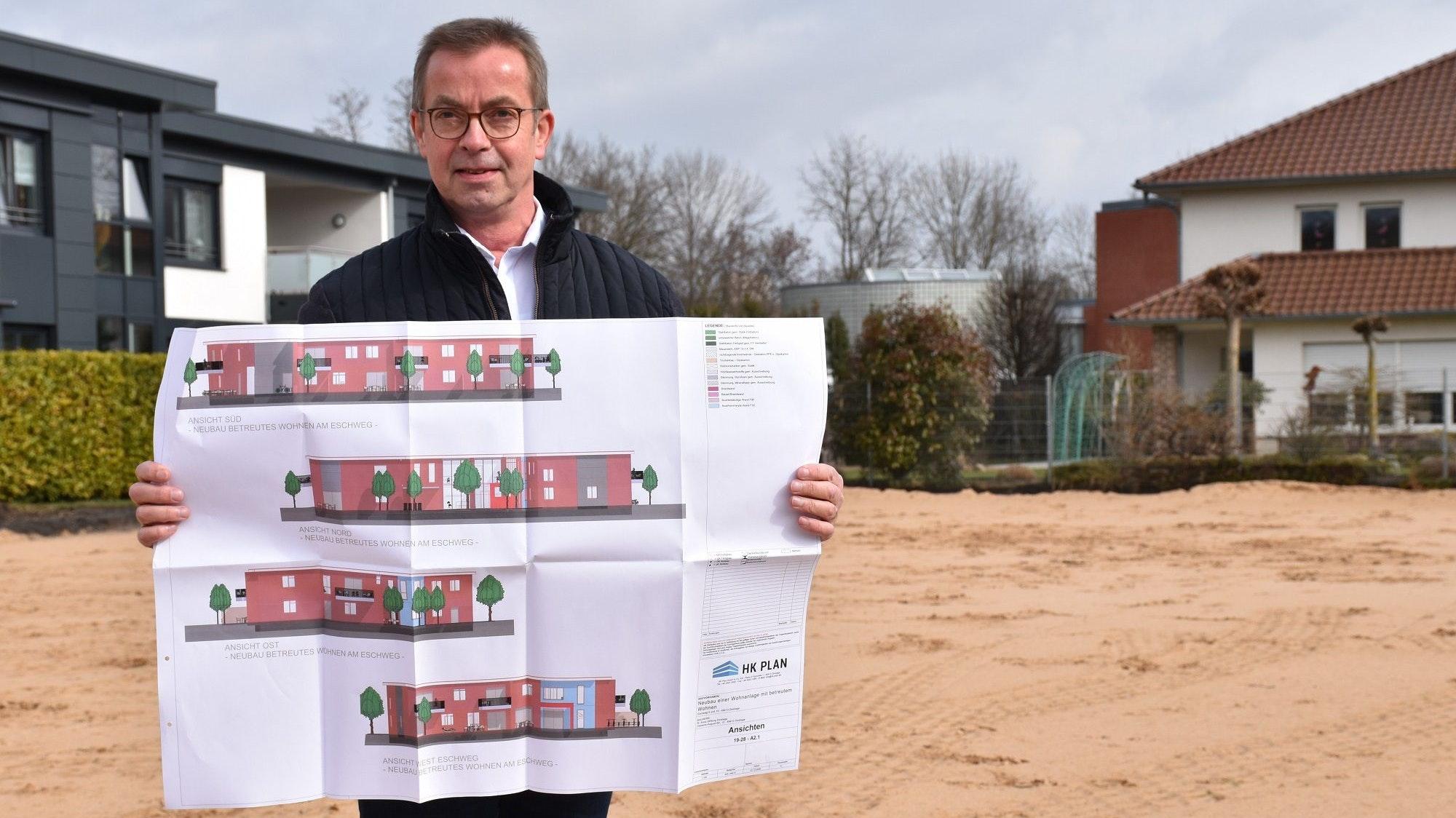 Mit den Entwürfen in der Hand: Stiftungsvorstand Werner Schulze freut sich auf den Neubau für betreutes Wohnen am Eschweg in Dinklage. Foto: Böckmann