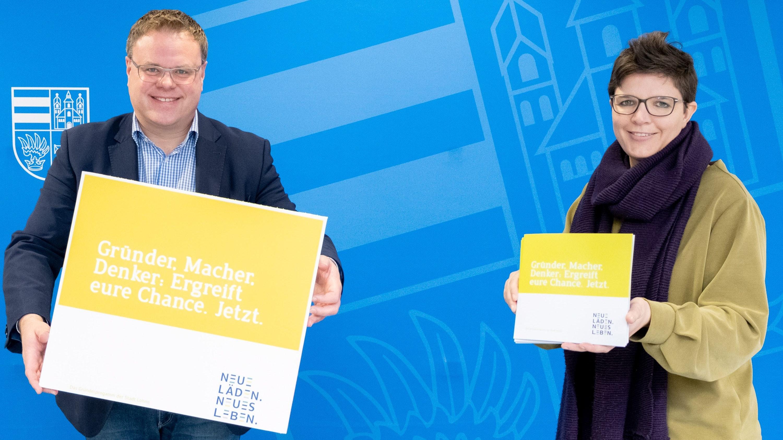 Stellen das Gründerprogramm der Stadt Lohne vor: Bürgermeister Tobias Gerdesmeyer (links) und Wirtschaftsförderin Anne Nußwaldt hoffen auf große Resonanz. Foto: Tombrägel