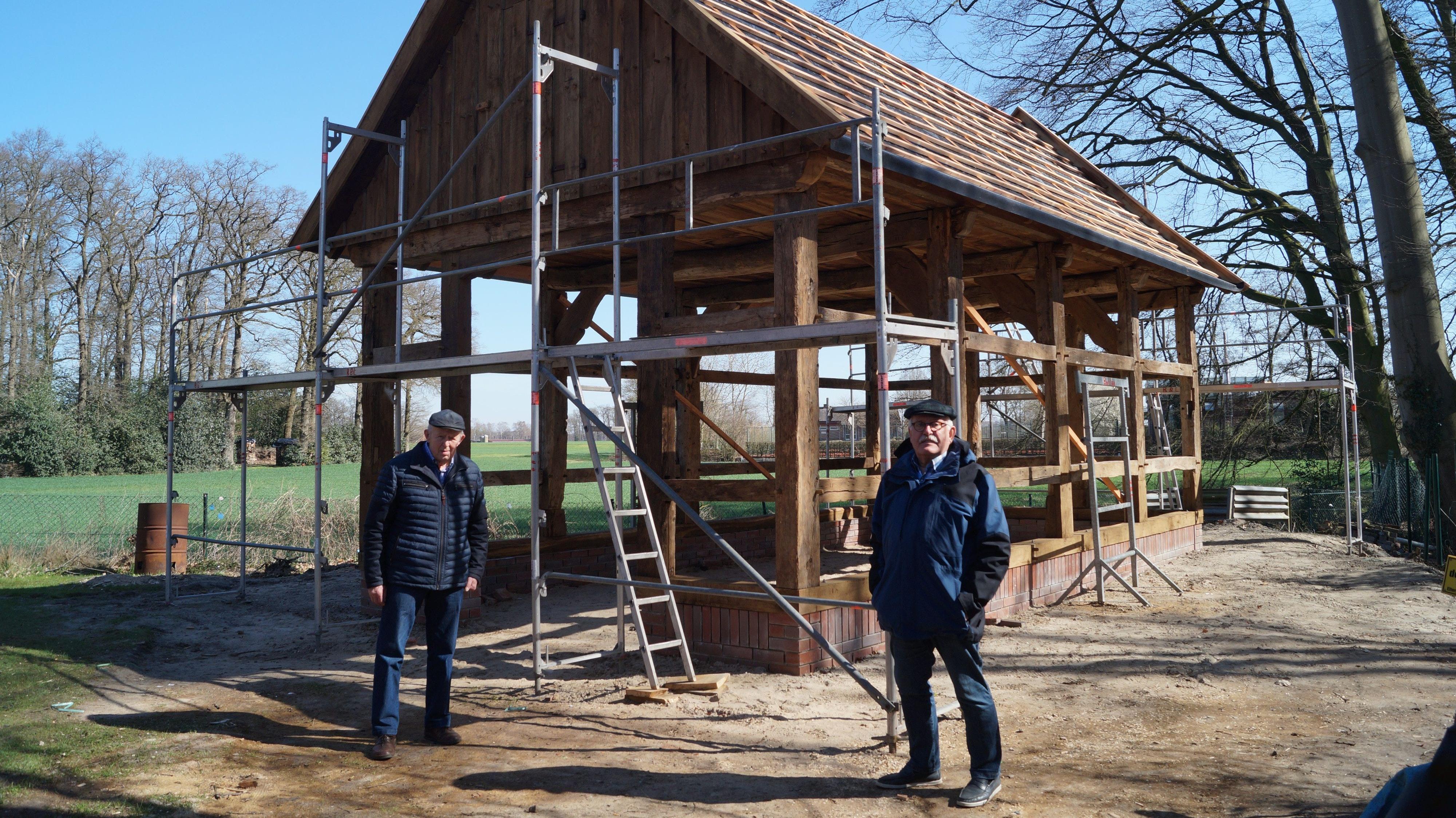 Zusätzliche Ausstellungsfläche: Werner Dullweber (links) und Franz-Josef Göttke vom Bakumer Heimatverein sind glücklich, dass die Scheune neu errichtet wird. Foto: C. Meyer