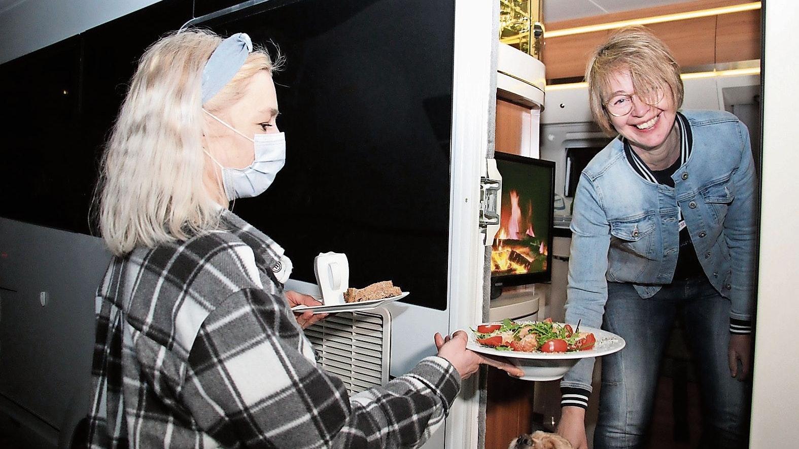 Mahlzeit: Am 17. April wird Wohmobilisten in Löningen das Essen direkt in den Fahrzeugen serviert. Foto: Speckmann