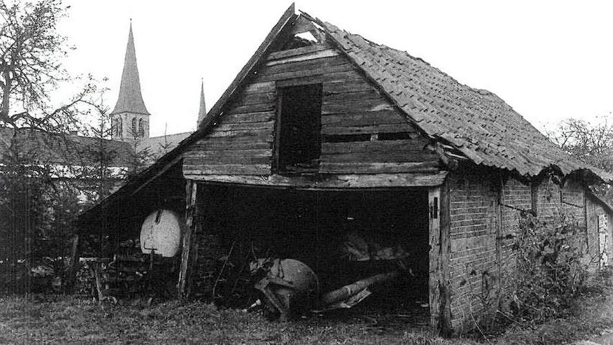 Das Foto zeigt die alte Scheune in der Dorfmitte mit der St.-Johannes-Kirche im Hintergrund. Foto: Archiv Heimatverein Bakum