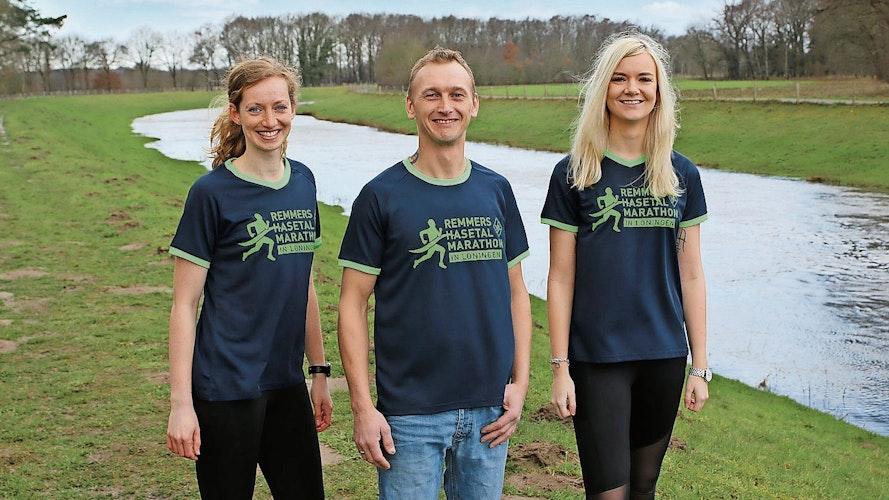 Neues Outfit: Henrike Köster, Daniel Lüdemann und Anna Marie Zweers (von links) präsentieren die Lauf T-Shirts. Foto: VfL Löningen