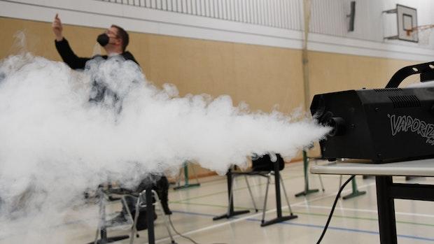 Lüfter-Test in Sporthalle: Geräte bringen Wirbel, aber wenig Wirkung