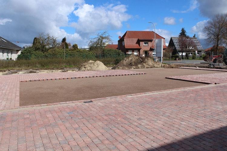 Spielplatzbereich am Erweiterungsbau der Huntetalschule. 6 unterschiedliche Spielgeräte wie etwa eine Vogelnestschaukel werden dort installiert. Foto: Heinzel