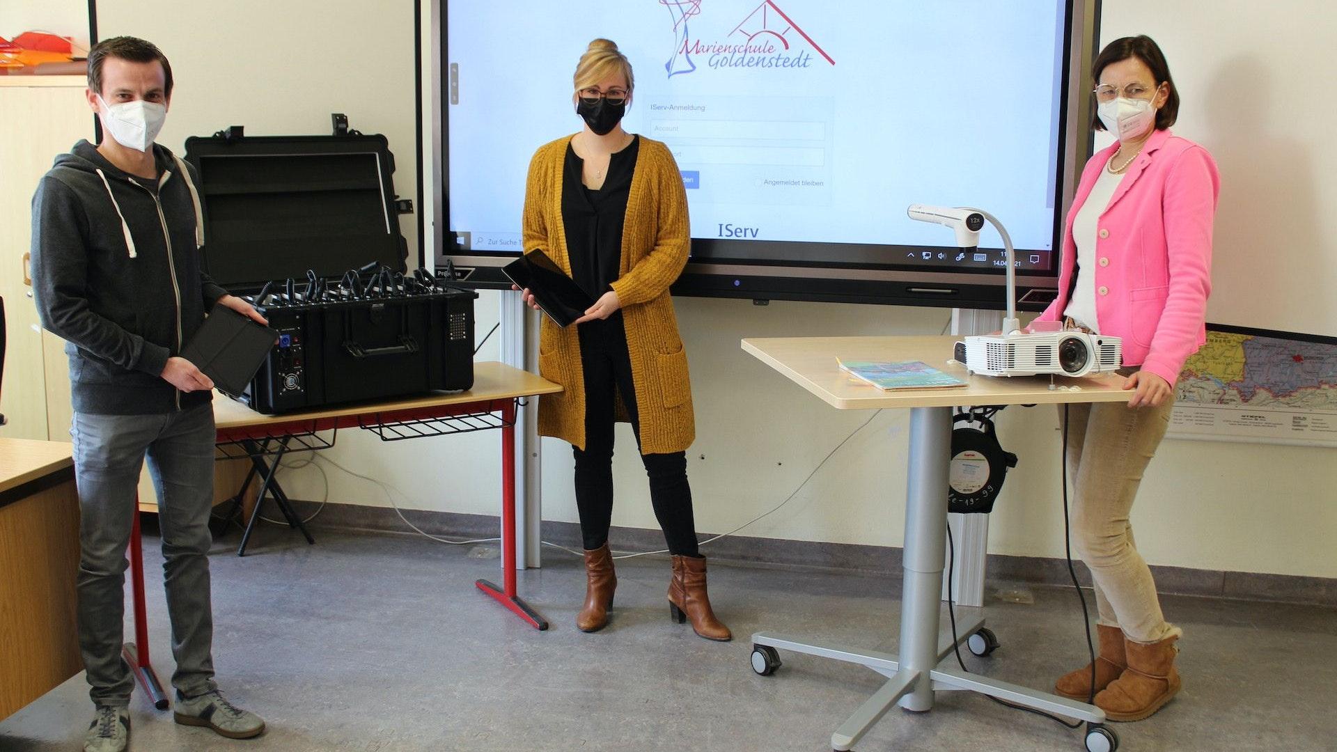 Digital ist Trumpf (v.l.): Steffen Boning (Gemeinde Goldenstedt), Tessa Wellen und Anke Magerfleisch (Marienschule ) in einem digital ausgestatteten Klassenraum. Foto: Heinzel