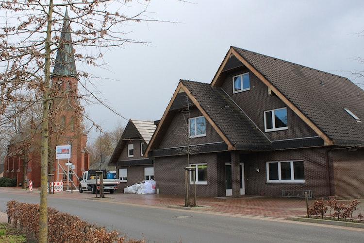 Der geplante Neubau soll farblich ein Ensemble mit der Kirche St. Antonius bilden. Foto: Heinzel
