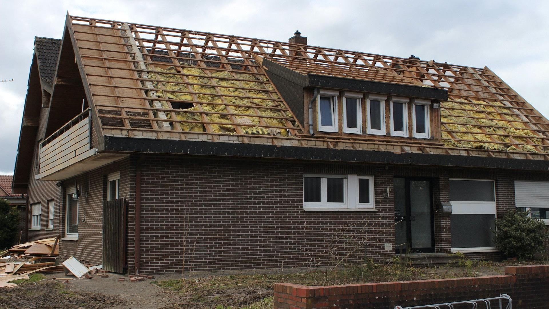 Das Bauprojekt ist gestartet: Die Abrissarbeiten am alten Pfarrheim in Rechterfeld haben mit der Entsorgung der Eternit-Dachplatten begonnen. Foto: Heinzel