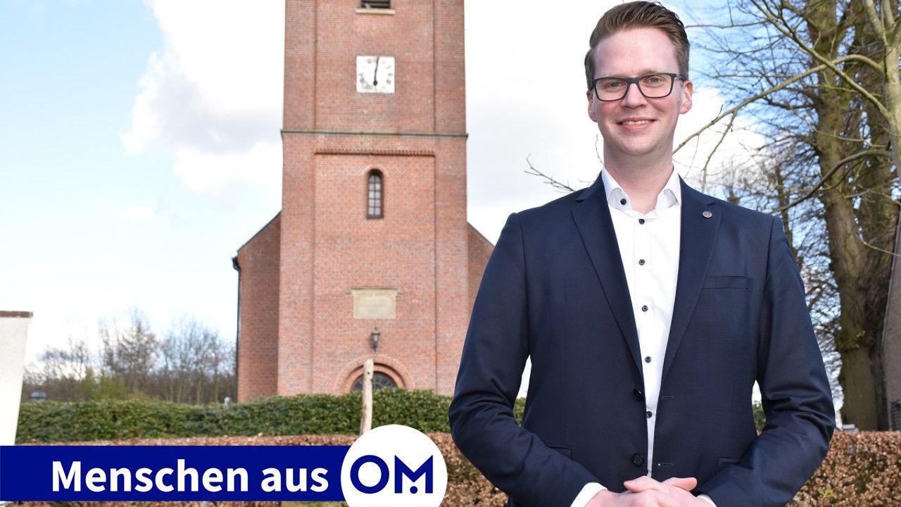 Der Glaube gibt ihm Halt: Jan Hoyer mit der Kirche St. Vitus Vestrup im Hintergrund. Dort engagiert er sich als Lektor, Küster und Kommunionhelfer. Foto: Klöker