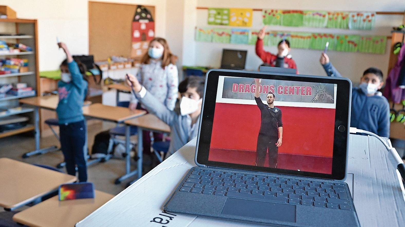Kleine Koordinationsübung: Profi Chais Griffin zeigt den Kindern, wie sie es machen müssen. Foto: Meyer