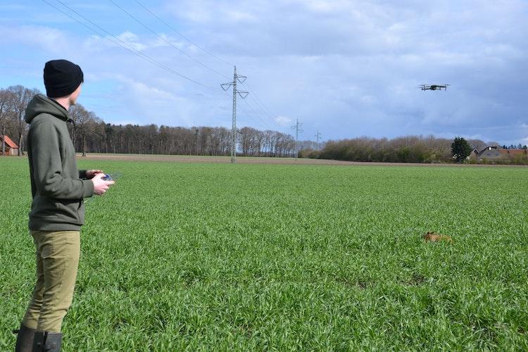 Schwebezustand: Antonius Bruns demonstriert beim Training mit der Drohne, wie ein geortetes Kitz von Helfern schnell gefunden werden kann. Foto: Bernd Götting