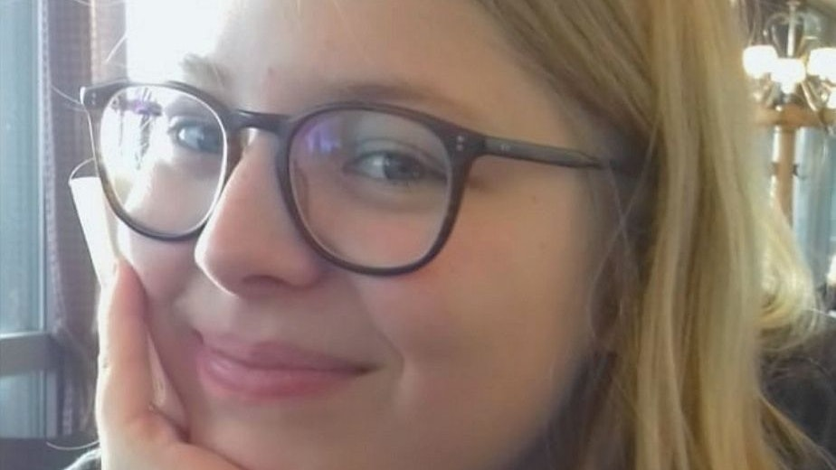 Stolz auf ihr Erstlingswerk: Emma Lüers aus Calveslage liefert ganz persönliche Sichtweisen auf die Welt. Foto: Geest-Verlag