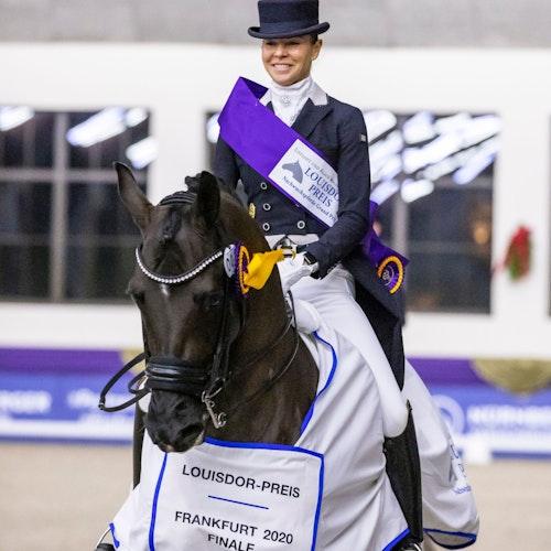 Triumphmoment: Sandra Nuxoll und Bonheur de La Vie bei der Siegerehrung als Louisdor-Preisträger. Foto: nordphotoLafrentz