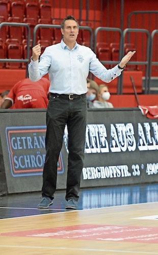 Triumphator: Chefcoach Hansi Gnad setzte sich mit den Bayer Giants Leverkusen deutlich bei den Artland Dragons durch. Foto: Langosch