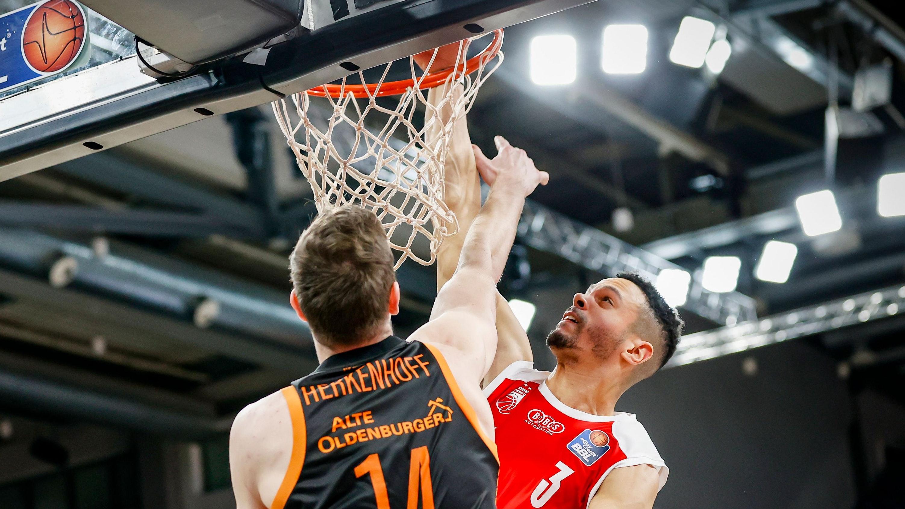 Einen Tick zu spät: Rastas Philipp Herkenhoff gegen Bambergs Dominic Lockhart. Foto: Löb