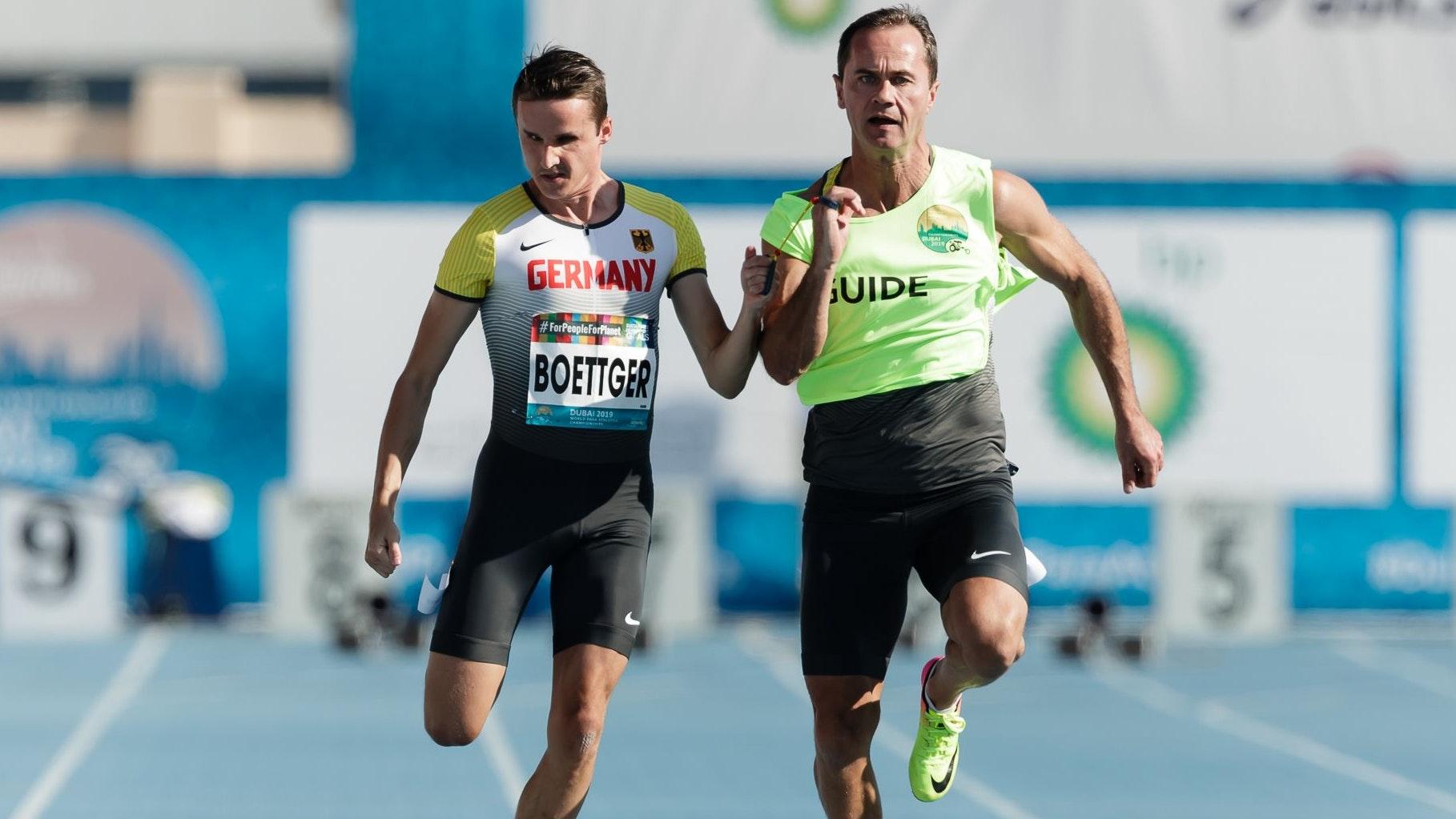 """Gemeinsam schnell: Marcel Böttger (links) und Alexander Kosenkow, hier bei den """"World Para Athletics Championships"""" im November 2019 in Dubai. Foto: Binh Truong/DBS"""