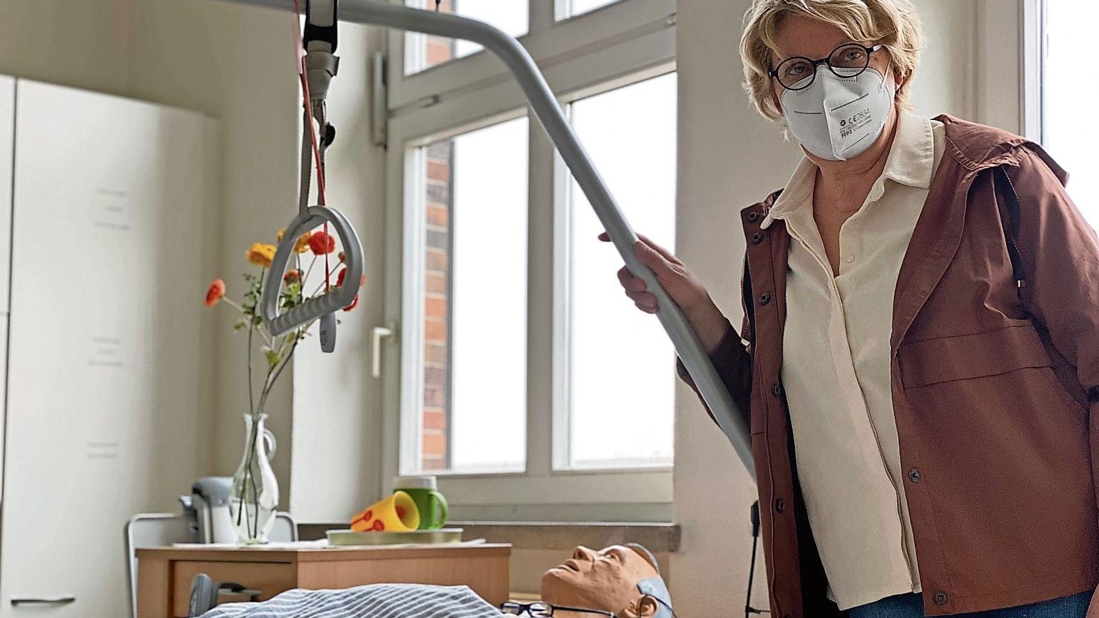 Praxisunterricht: Johanna Dumstorff an einem der Pflegebetten mit   Übungspuppe. Foto: Claudia Wimberg