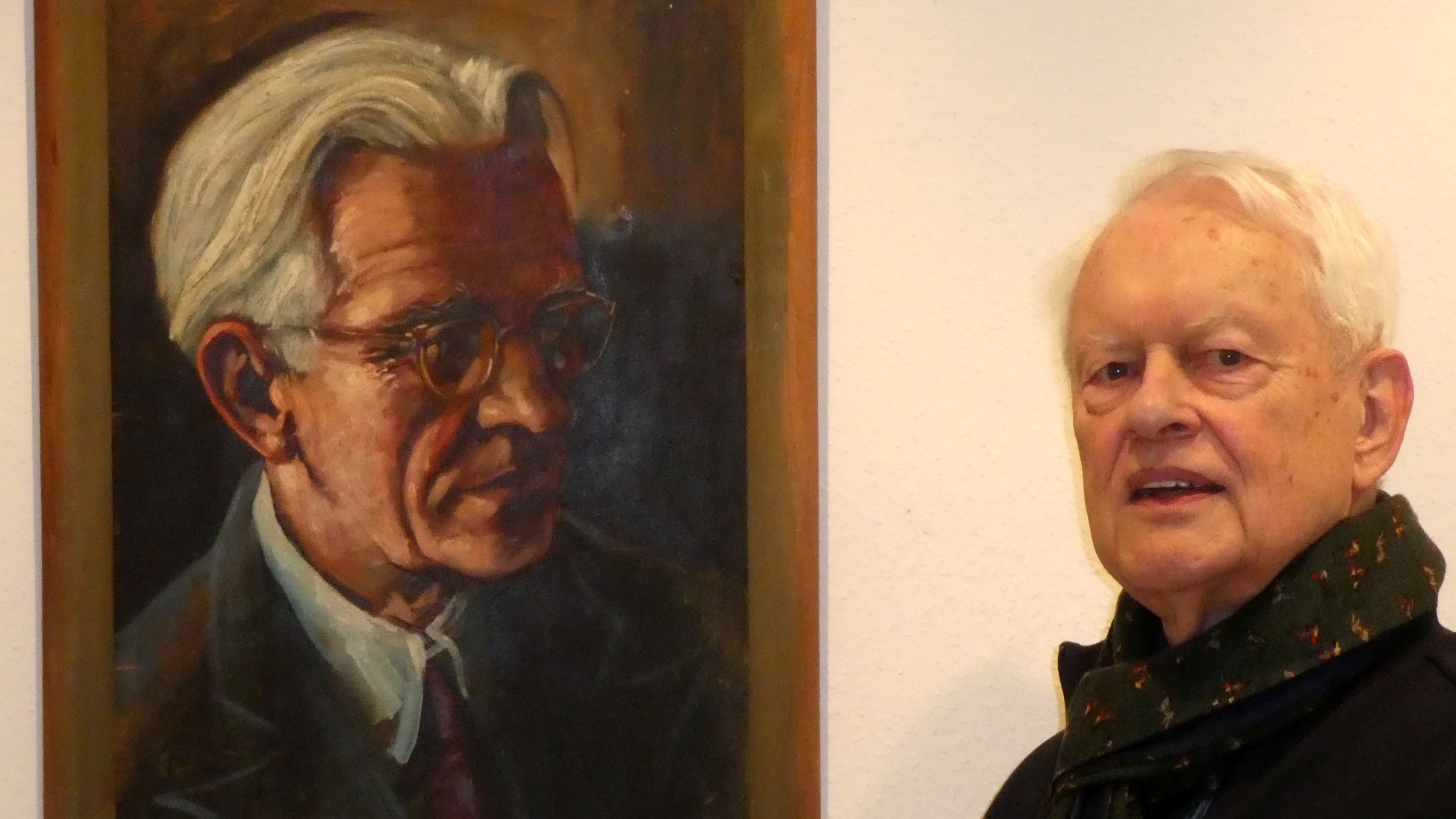 Zweimal Kathe auf einem Bild: Ludger Kathe neben dem Porträt seines Vaters August. Gemalt wurde es vom Lohner Künstler Joseph Andreas Pausewang. Foto: Kathe