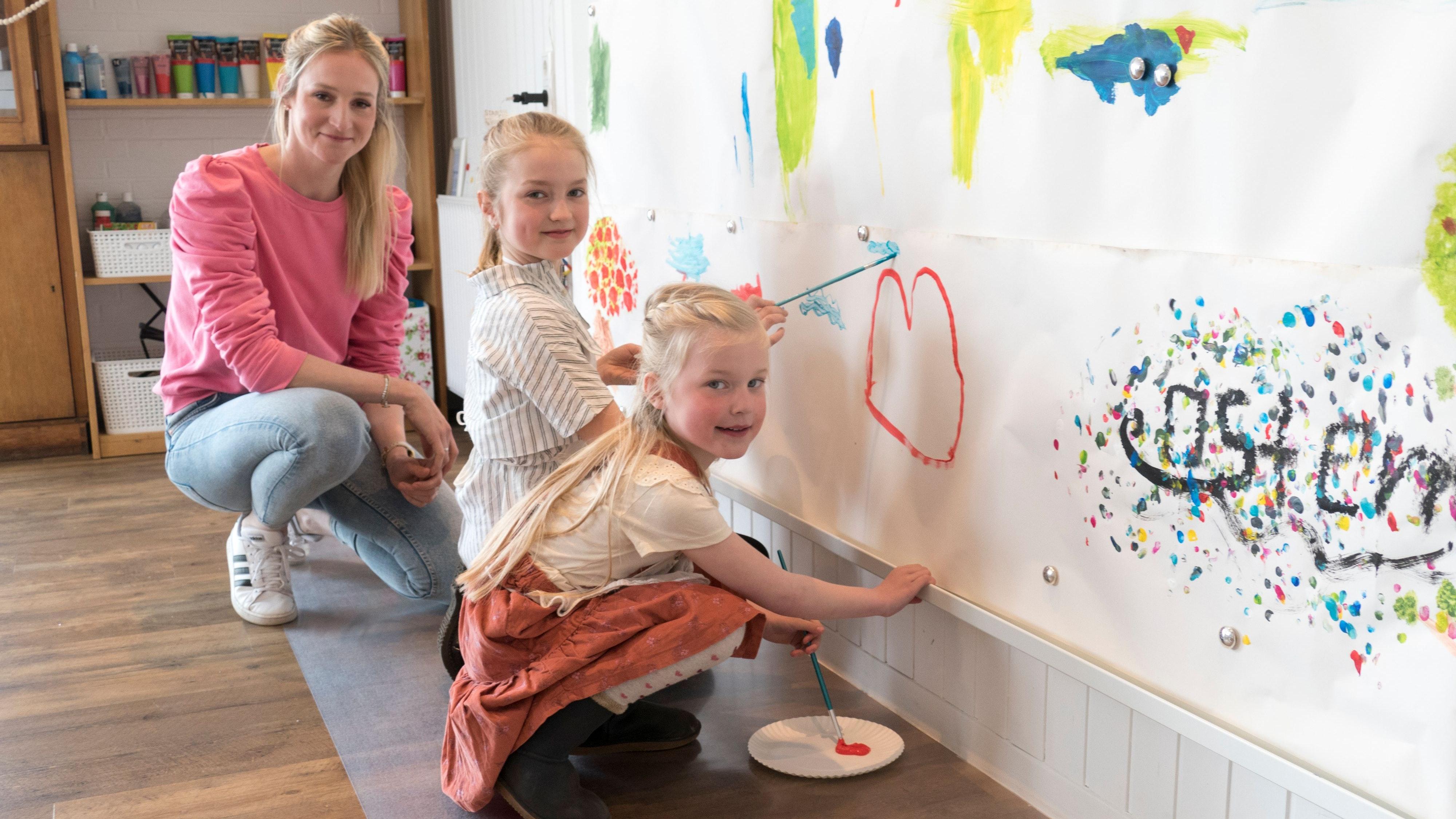 Hauptsache Farbe: Eine ganze Wand hat Stefanie Boss mit Magnetwand und austauschbaren Papierbahnen verkleidet. Ihre Tageskinder, aber auch die eigenen Töchter Carlotta (rechts) und Lea, können dort nach Herzenslust ihrer Kreativität freien Lauf lassen. Foto: Stix