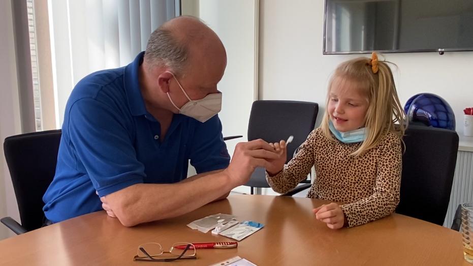 Bild aus dem Erklärvideo:Professor Dr. Dietrich Doll zeigt, wie der Löffeltest zur Überprüfung einer möglichen Covid-19 Infektion funktioniert. Foto: Niemann