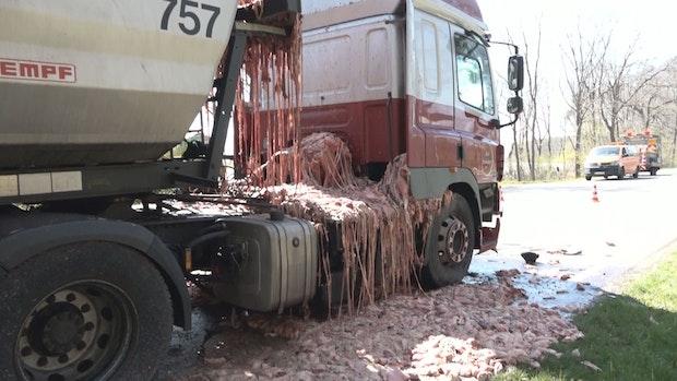 B213 nach LKW-Unfall mit Schlachtabfällen weiter gesperrt