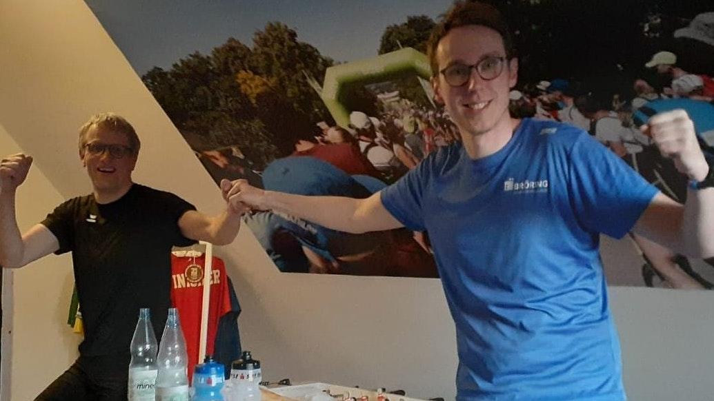 Schweißtreibendes Duell: Matthias Fortmann (rechts) lief auf dem Laufband einen Marathon, Antonius Schröer fuhr mit dem Rad auf der Rolle die doppelte Distanz. Foto: Fortmann