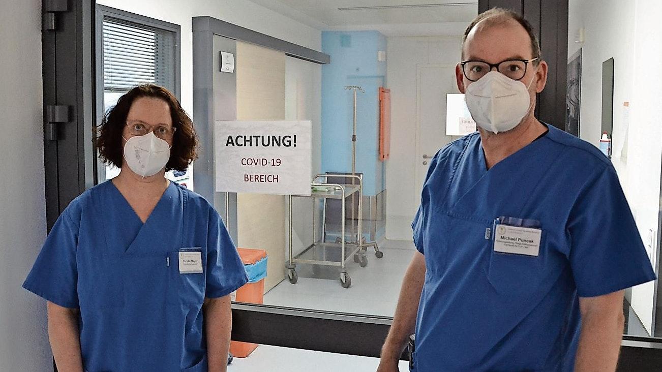 Streng getrennt: Die Intensivpfleger Kerstin Meyer und Michael Puncak stehen vor dem Eingang zum Covid-Bereich. Foto: Meyer