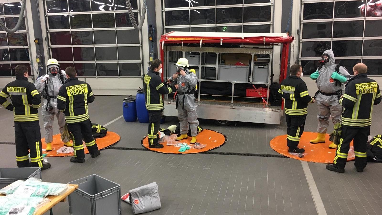 Mit Masken und Abstand: Unter der Einhaltung von Hygieneregeln wurde Anfang des Jahres eine Einsatzübung im Feuerwehrhaus für die Atemschutzgeräteträger durchgeführt. Fotos: © Feuerwehr