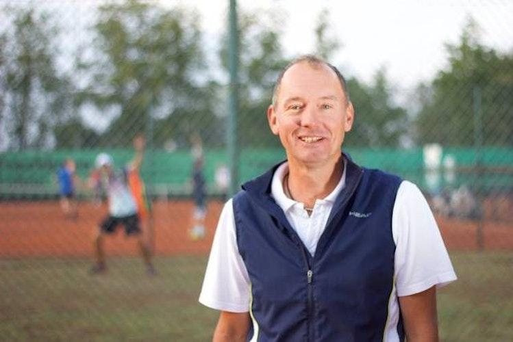 """Zuversichtlich: Für Michael Bahlmann, 1. Sportwart der Tennisregion Oldenburger Münsterland, kann es losgehen"""". Foto: TV Lohne"""