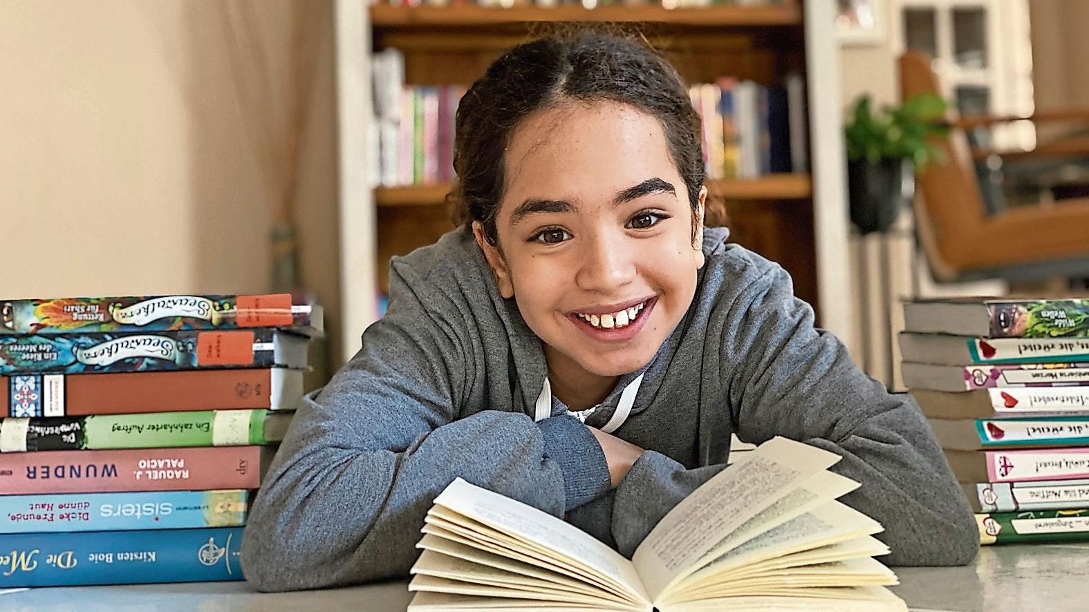 Gehört zu den größten jungen Lesefans: Die 11-jährige Lily El Meziani aus Bösel kann einem Tag gerne auch mal 2 Bücher verschlingen. Fotos: Claudia Wimberg