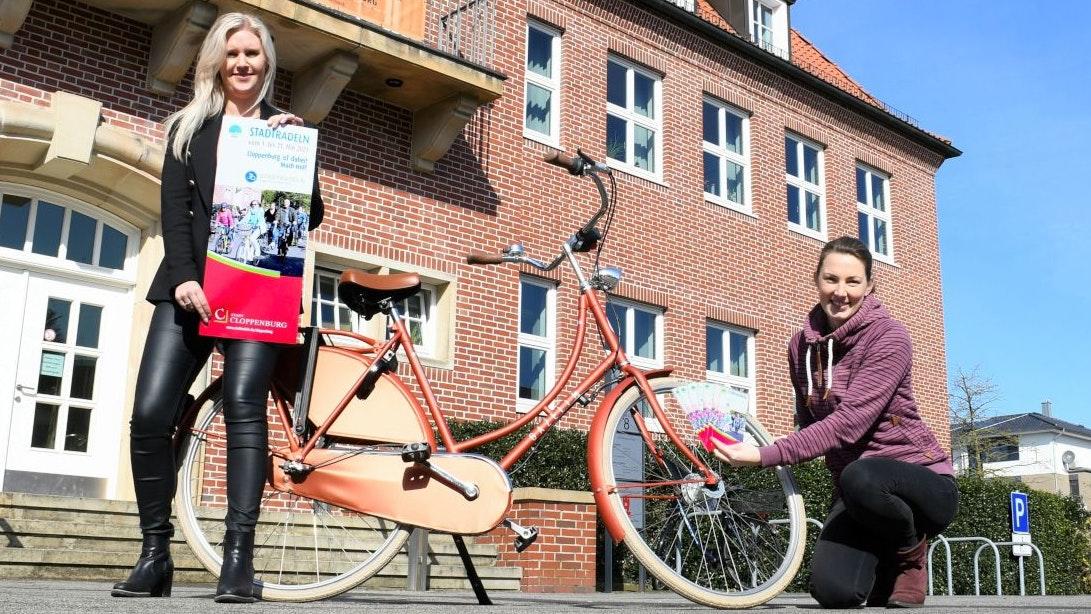 Werben für das Stadtradeln: Stadtmarketing-Managerin Sandra von Garrel (links) und Klimaschutzmanagerin Wiebke Böckmann. Foto: Penning